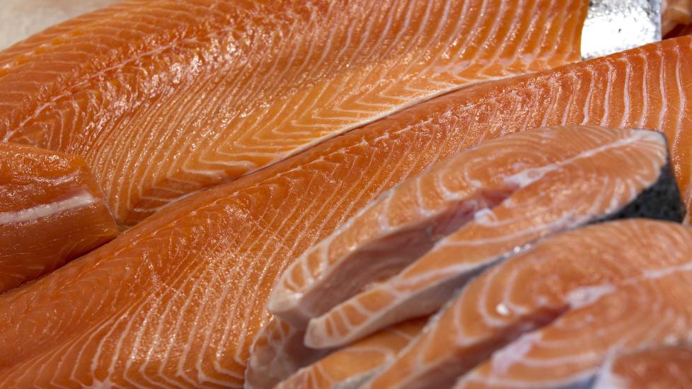 SPIS MER LAKS: Økt inntak av omega-3-fettsyrer, som blant annet finnes i laks, bedrer hjernekapasiteten hos eldre mennesker. Enda en god grunn til å spise mer feit fisk til middag heretter. Foto: Terje Bendiksby / Scanpix