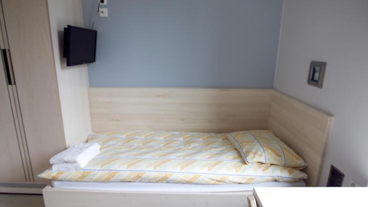 ENEROM: Slik ser en av cellene ut i fengselet. Flatskjermen henger over senga.<br /><br /><br /><br /> Foto: Heiko Junge / Scanpix