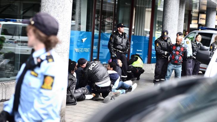 TATT HÅND OM: Flere av demonstrantene ble påsatt håndjern og tatt hånd om av politiet, men ble sluppet løs etter kort tid. Foto: Thomas Rasmus Skaug/Dagbladet