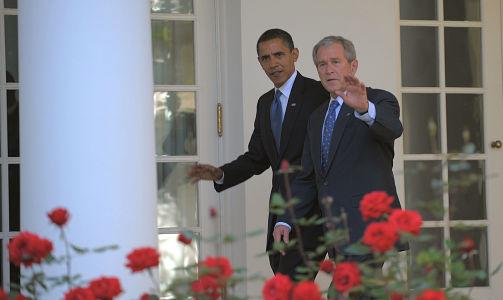 «I NEVER PROMISED YOU A ROSE GARDEN:» De smilte og vinket til kameraene før de gikk inn til møtet, Barack Obama og George W. Bush. AFP PHOTO/Mandel NGAN/SCANPIX