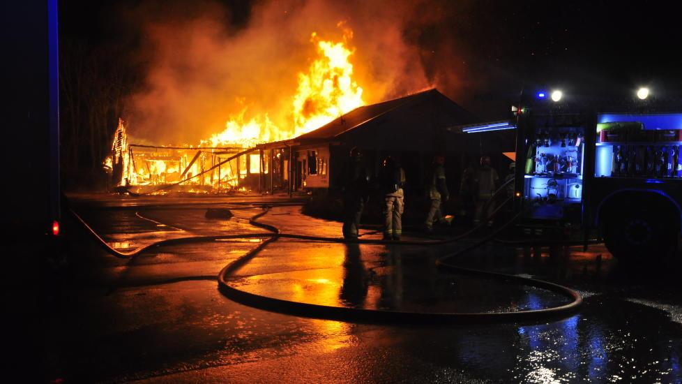 OVERTENT: Det brant natt til søndag på et hotell i Hordaland, som etter planen skulle tas i bruk som asylmottak. Foto: Gunn Berit W. Berg / Strilen / NTB scanpix