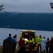 Ambulanse plukker opp deltakere fra Utøya (Foto: Kim Erlandsen)