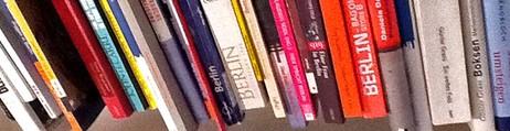 Bokhylle med bøker om Berlin (Foto: Knut Hoem/NRK)