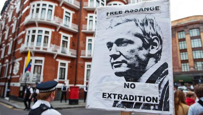 Flere viste sin støtte til Julian Assange utenfor den Ecuadorske ambassaden i London (Foto: WILL OLIVER/Afp)