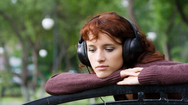Sad young woman listening to music. (Foto: colourbox)
