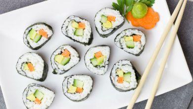 صورة إليك طريقة تحضير طبق السوشي المكلّف في المنزل