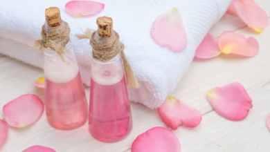 صورة روتين يومي لتنظيف البشرة بماء الورد