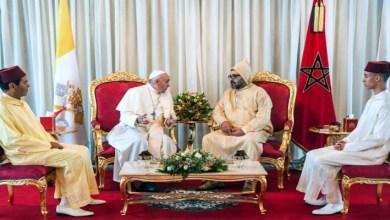 """صورة صورة """"بابا الفاتيكان"""" مع العائلة الملكية تشعل مواقع التواصل الاجتماعي"""