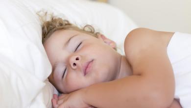 صورة 6 أهم فوائد لنوم الطفل وحده بالسرير