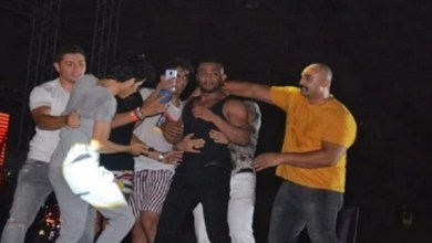 صورة محمد رمضان يدفع معجبيه من فوق خشبة المسرح- فيديو