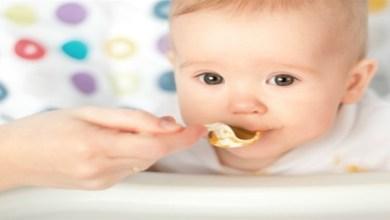 صورة متى يبدأ طفلك الرضيع في تناول الطعام؟