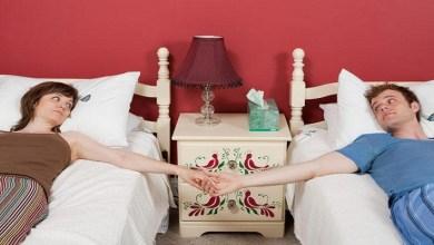 صورة نوم الزوجين منفصلين يحسن علاقتها الحميمية
