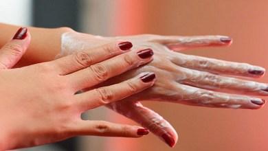 صورة وصفات وعادات يومية للتخلص من اسمرار وتجاعيد اليدين