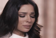 صورة نادين نجيم تتعرض لموقف محرج بعد فوزها بجائزة أفضل ممثلة لبنانية عربية- فيديو
