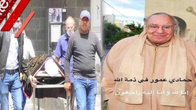 صورة في غياب الفنانين المغاربة.. لحظة إخراج جثمان الفنان حمادي عمور من مصحة بالبيضاء -فيديو
