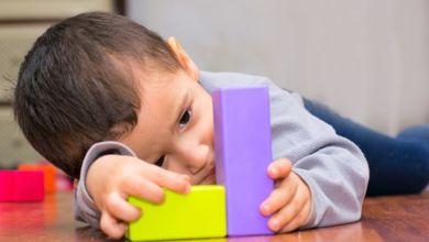 صورة تأخر الكلام من أعراض التوحد.. متى يتكلم الطفل التوحدي؟