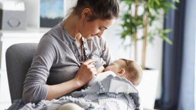 صورة هام للأمهات.. تعرفي على أضرار إرضاع الطفل وهو نائم