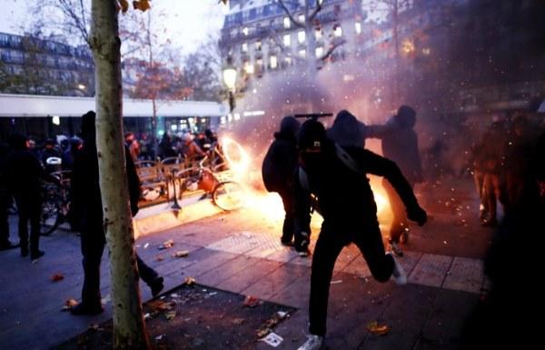 Десятки тысяч протестующих вышли на улицы Франции