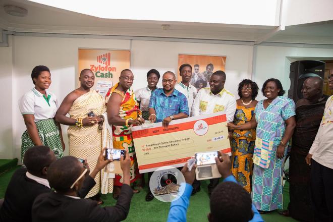 Zylofon Cash gives $10,000 to Akwamuman SHS
