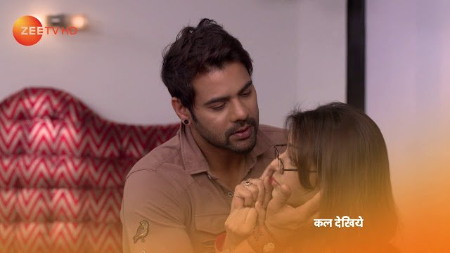 Kumkum Bhagya Episode 1031 Update on Thursday 29th March 2018-  Pragya tries to romance with Abhi surprising him while the song is played.