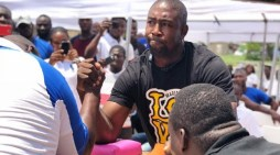 MP floors Policeman in Armwrestling Challenge