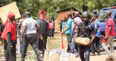 E/R: Police SWAT Team storms Bukunor, residents resist arrest