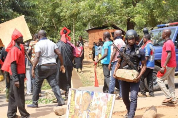 E/R: Police SWAT Team storms Bukunor, residents resist arrest