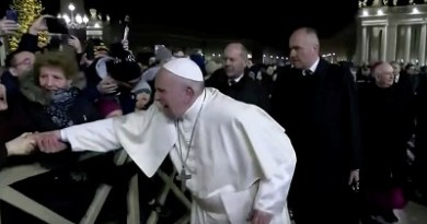 Pope Francis apologises after slapping woman who grabbed his hand