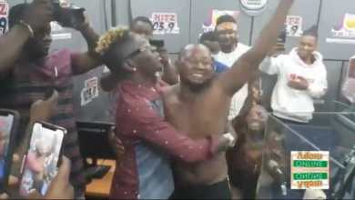 Photo of Video: Shatta Wale in tears as 'trotro' driver gives passengers back their money just to have a chat with him (Watch)