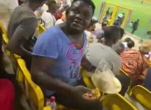 Photo of The moment an Accra Hearts of Oak fan was spotted eating Banku and okro soup in the stadium
