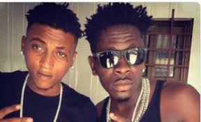 Photo of Ara B fights on behalf of Shatta Wale, calls Yaa Pono a de@d horse