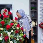 Ghana's vice president surprises wife with a rose