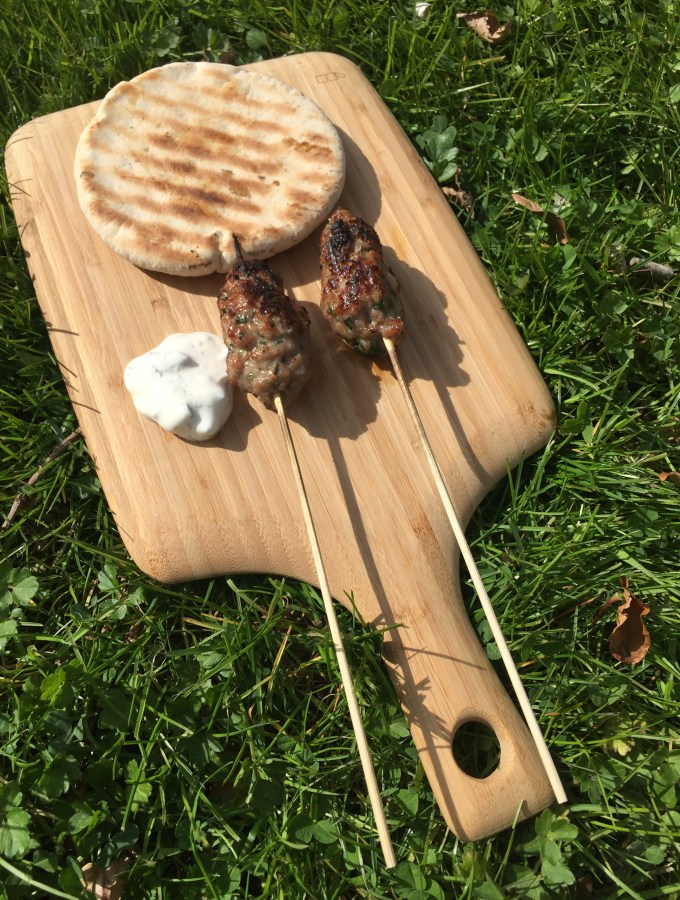 Mini kebab op de BBQ met tzazikki en turks brood