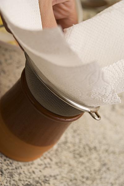 Масло процедить через несколько слов бумажных полотенец1