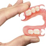 Как привыкнуть к съемному зубному протезу.