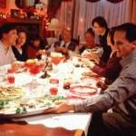 Как правильно сидеть за праздничным столом.
