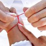 Как завязать на руке красную нить-оберег.