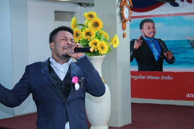 HOT Video: This Ghanaian Pastor Heals Women By Kissing And Touching Their Bre@st