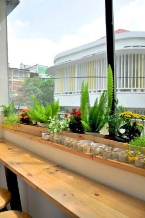 Cucuta Coffee: Chỉ gói gọn trong tầng tệt và tầng một của một căn nhà ống, song Cucuta có thể làm hài lòng bất kỳ nhóm khách nào hay mục đích đến quán của bất kỳ ai. Đặc biệt, được nhấn nhá bằng cửa sổ, giếng trời, không quan quán luôn tràn ngập ánh sáng tự nhiên. Địa chỉ: 2D Nguyễn Thành Ý, P. Đakao, Q. 1, TP HCM
