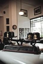 """L'usine: Là quán cà phê """"bao hàm"""" cả nơi triễn lãm tranh và bán quần áo, L'usine như một cô gái đẹp đầy kiêu kỳ, quyến rũ nhưng đa tài khiến người ta ngưỡng mộ và thán phục. Bên cạnh không gian, những vật dụng trang trí tại đây cũng khiến bạn trở về một Đông Dương của những năm trước. Địa chỉ: Cà phê L'Usine, tầng 1, 151 Đồng Khởi, Q. 1, TP. HCM."""