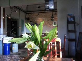 Bang Khuang Cafe: Như cảm xúc của tên gọi mà người sáng lập muốn truyền tải, Bâng Khuâng ẩn mình sâu trong khu chung cư cũ chờ bạn đến khám phá và trải nghiệm không gian vingate, những bản tình ca nhẹ ngành, sâu lắng cùng cảm giác đơn độc trong cuộc sống. Địa chỉ: 9 Thái Văn Lung, Bến Nghé, Quận 1.