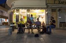Un gruppo di ragazzi suona vicino al checkpoint di Nicosia canzoni contro la violenza e la divisione dell'isola | © Michele Cirillo