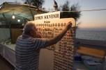 Un venditore turco di souvenir, nel porto di Kirenia | © Michele Cirillo