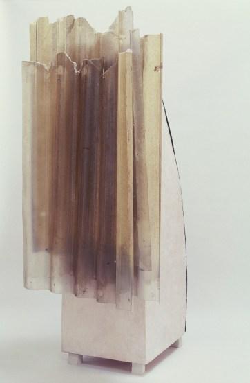 Mine de rien, 1998, 231 x 120 x 90 cm, bois, cire, tôle galvanisée, polyester, porcelaine
