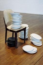 Un peu de temps à l'état pur Porcelaine 33 x 14 x 15 cm chacune 2004 et chaise vue de l'exposition «Si peu reconnaissable», Maison de la culture, Amiens, 2004