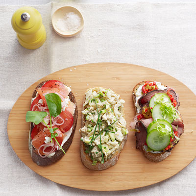 Resep Praktis: Tartine Salmon Asap dan Tomat