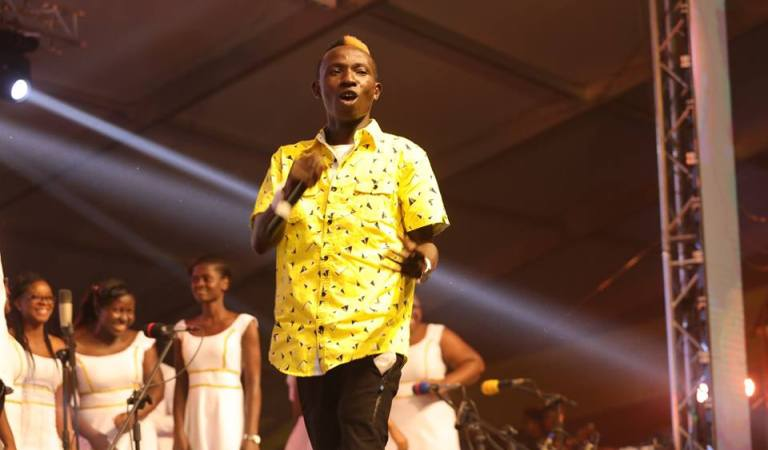 Patapaa shakes chairs as he led choir to sing Christmas songs at MTN Carols Night 2018