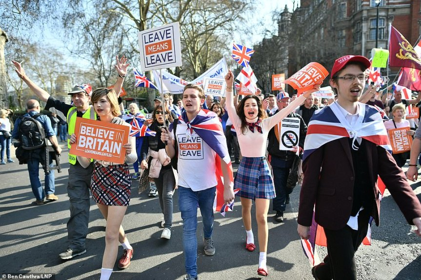 11624684-6863863-There_were_cheers_from_Believe_in_Britain_demonstrators_assemble-a-14_1554029429195.jpg