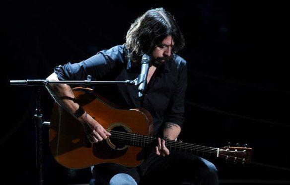 Dave Grohl oscars 2016 beatles blackbird in memorium ghostcultmag