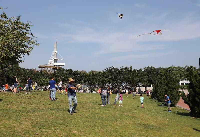 十一月「親子營敍星光下」與市民「玩轉」大埔海濱公園(附圖)